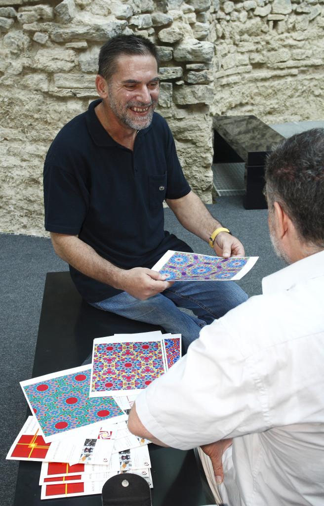 Slavik Jablan Vörös László számítógépes grafikáit nézi 2010-ben rendezett Do You like Paleolithic Op-Art című kiállításának megnyitóján.
