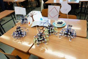Robotics and topology in Ulvila with Hallå STEAM / Robotik och topologi i Ulfsby