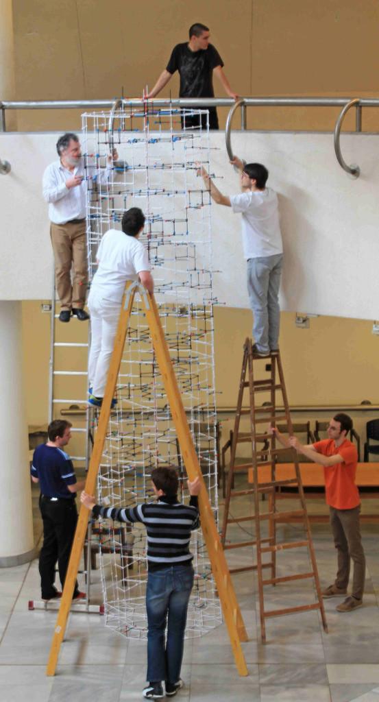 Dr. Vörös László és csapata óriás-DNS modellt épít Zometool-ból a Pécsi Tudományegyetemen