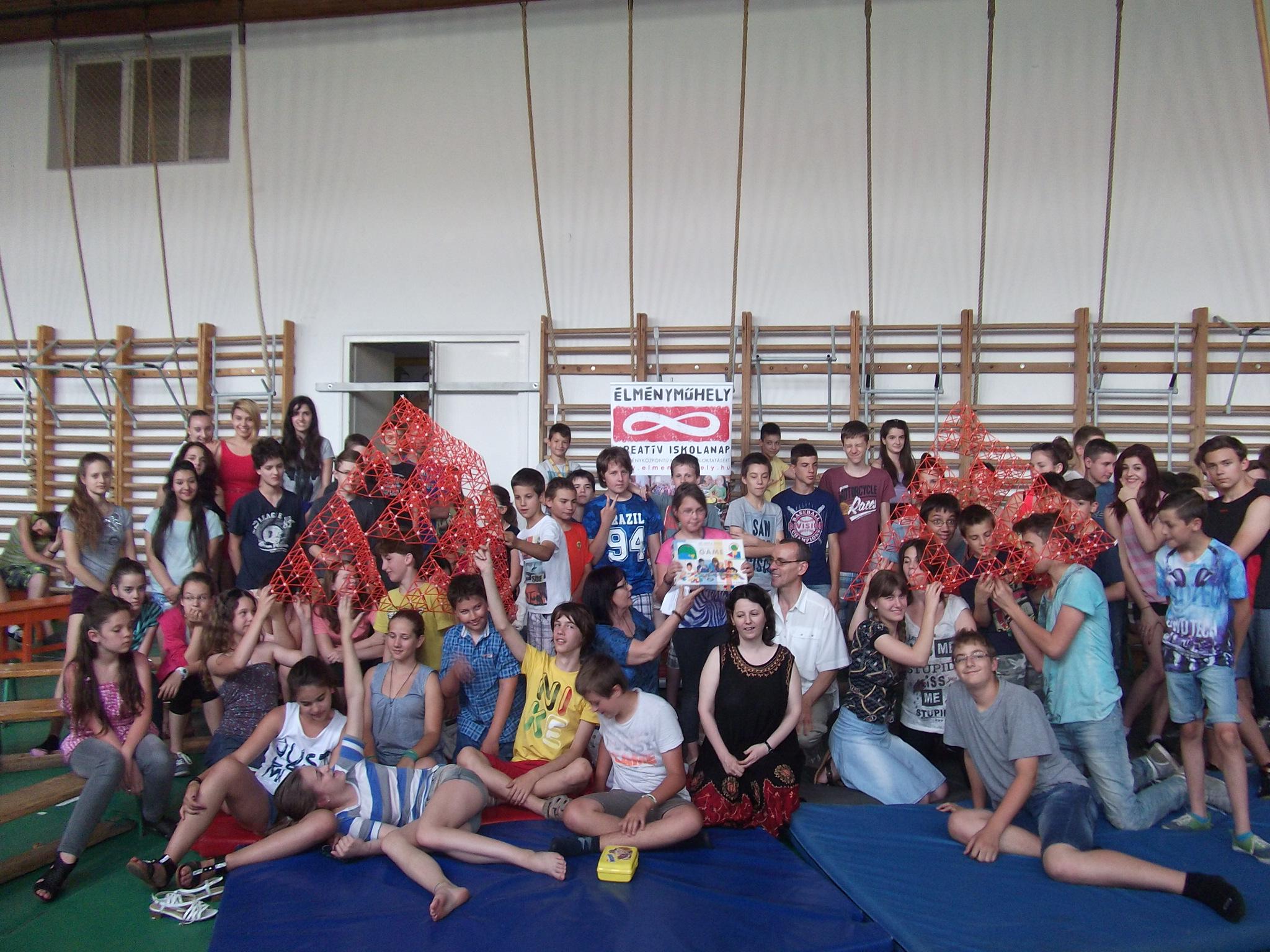 Óriási élmény volt! 4dFrame-óriásfraktál építés több mint 100 diák részvételével Szentendrén